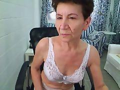 Shakin her ass on cam