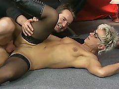 Milf mit Brille wird in Arsch und Fotze gefickt