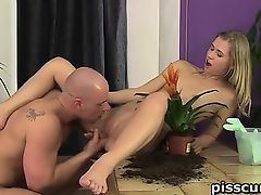 Violette pissed in mouth and pussy licked